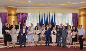 Накануне Дня медицинского работника Председатель Парламента Дмитрий Разумков встретился с украинскими медиками и наградил их Грамотами Верховной Рады Украины