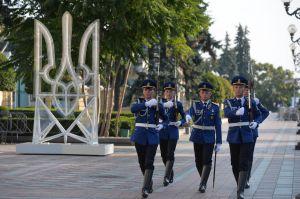 Торжественная церемония поднятия Флага Независимости Украины ко Дню Государственного Флага Украины на площади Конституции перед зданием Парламента.